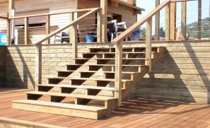 Accès piscine extérieur en ossature bois et bardage en mélèze